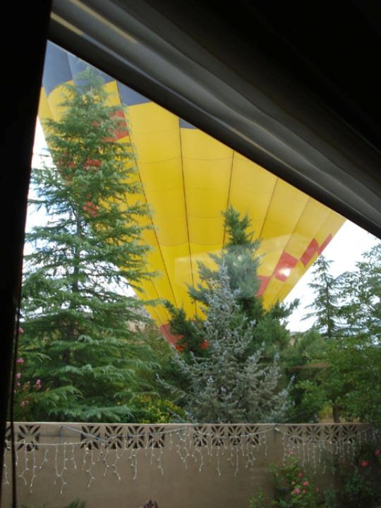 スティーブホールマーク氏自宅前で上がる気球