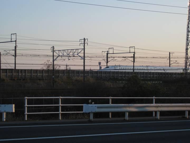 東京行き新幹線ノゾミ(700系)。 AMBITIOUS JAPANと書いてある。