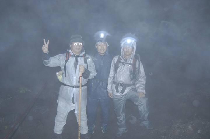 登山のメンバーたち。雨と嵐で一寸先が見えない状態でした。