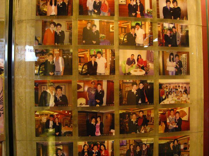 有名人との写真 店舗前にいっぱい!どの国も宣伝方法は同じですね・・・(;一_一)