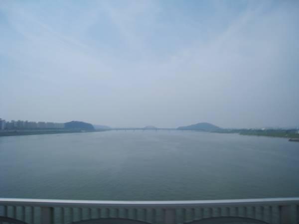 漢江の雄大な流れ