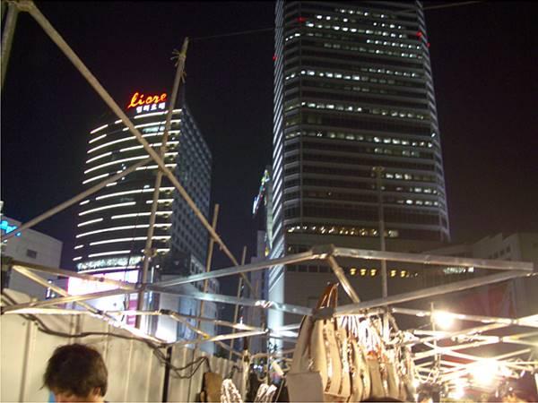 東大門市場から見た高層ビル 深夜0時過ぎ