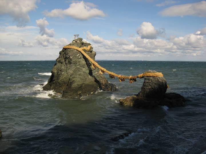 夫婦岩。雲と一緒に素晴らしい風景を作り出す