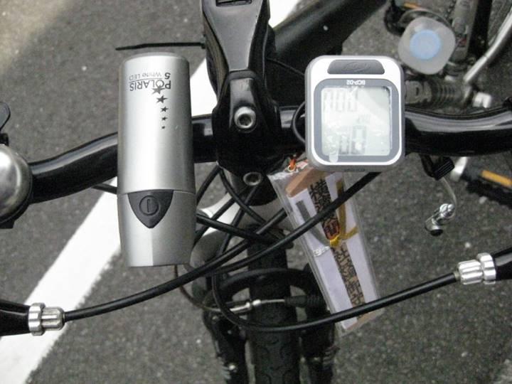 ハンドルには浅間神社のお守り、スピード計、ライトが付いている。