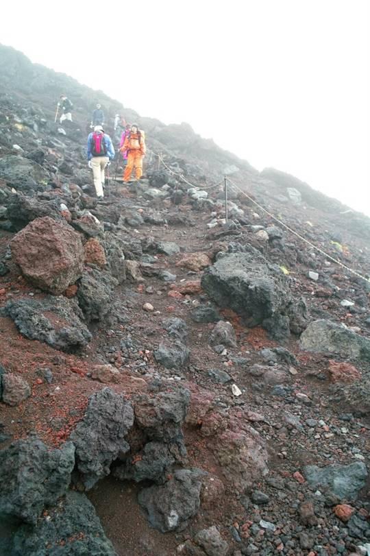 険しい危ない富士山の道