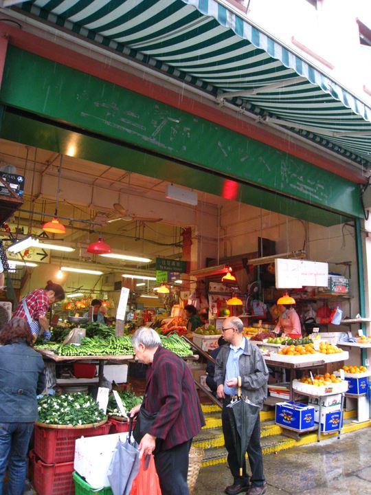 八百屋さん ~やまのように、新鮮な野菜が売られています!~