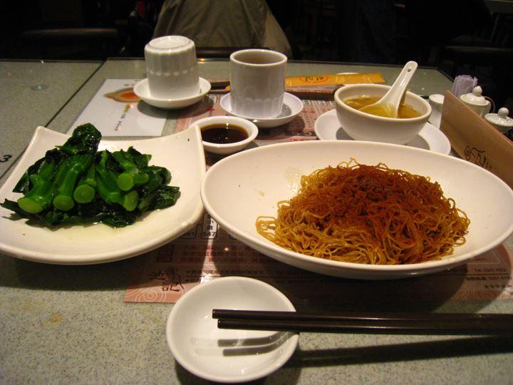 2日目のランチ(エビの玉子のフリカケ焼きそば、蒸し野菜) モンコクという町のランガムプレイスというショッピングビルにて