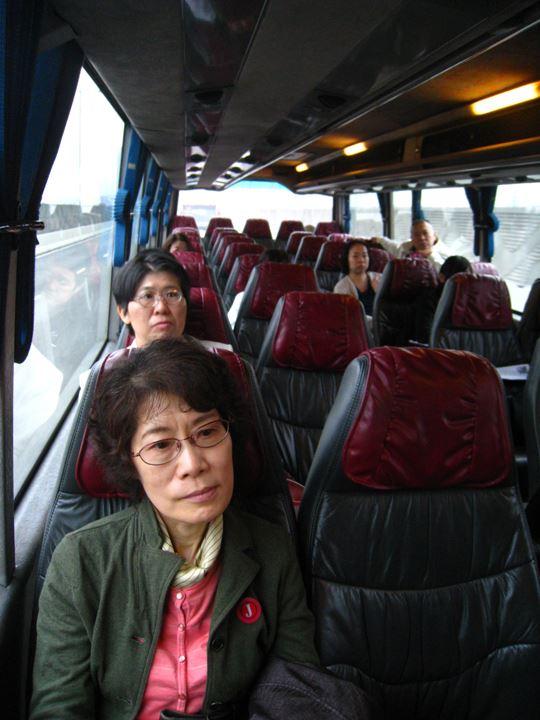 バスで移動中(まだ表情が硬い!