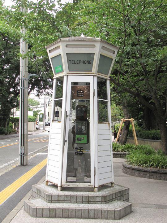 古き良きデザインの公衆電話