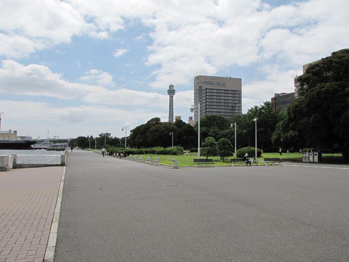 横浜マリンタワーとホテルニューグランド