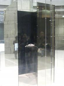 透明なBOXの中にある1台の電話。 オノ・ヨーコさんから突然かかってくるかもしれない電話。 オノ・ヨーコの作品。