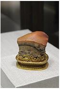 「肉形石」 ・豚の角煮にそっくりです ・石材を加工し表層面を染色したものです