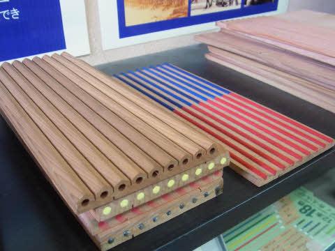 鉛筆って9本まとめて制作。