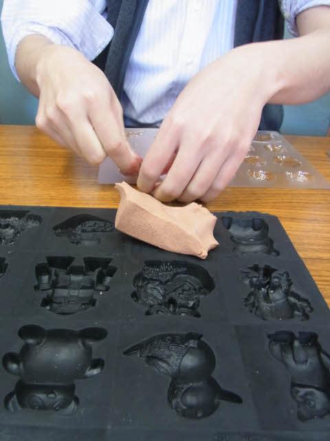 粘土で型取り中・・・
