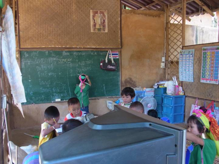 小さな学校。手前はTV