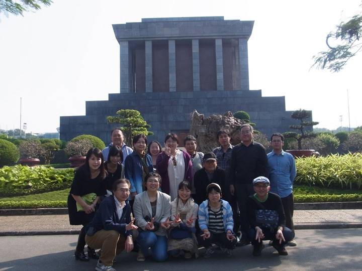 ホーチミン廟をバックに記念撮影