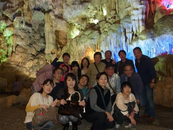 洞窟内で記念写真