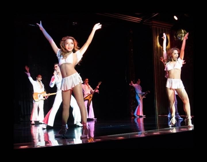 エルビスプレスリーの曲で踊るニューハーフ