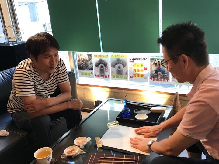 Ashino's MANIA 第5弾『結晶』展でお客様と話すK. Ashino先生