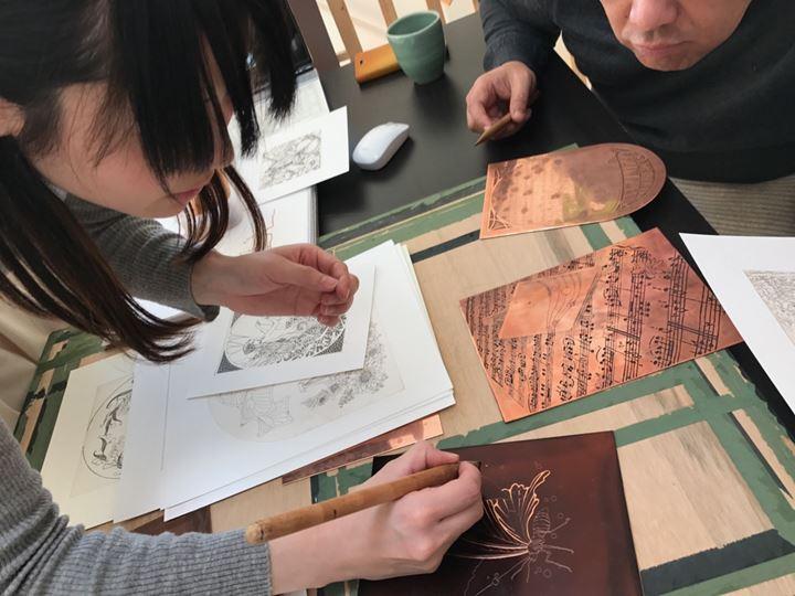 腐蝕銅版画家であるYUIの作業工程の1つである松脂処理の写真
