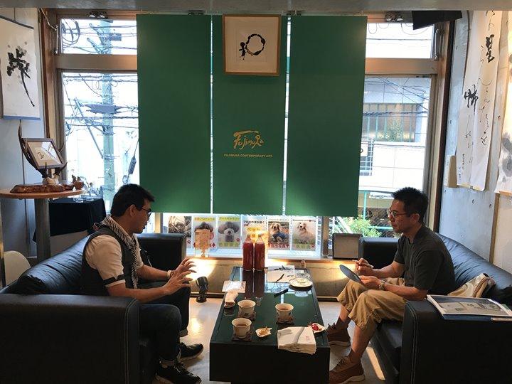 企画展開催中のK.Ashino先生の様子(フジムラコンテンポラリーアートにて)