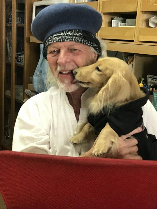 スティーブ・ホールマーク氏と看板犬じゅんの写真