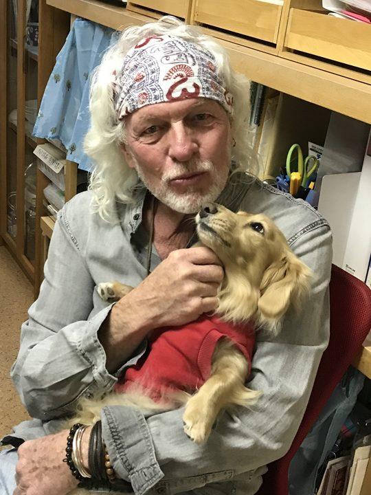 スティーブホールマーク氏と看板犬の写真