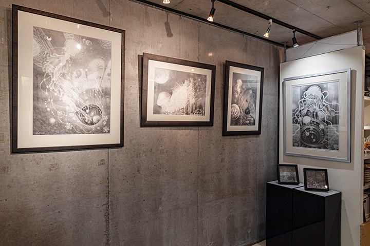 フジムラコンテンポラリーアートで開催しているつだなおこ展『薄明の輪舞-ボブの時空旅行記-』の様子