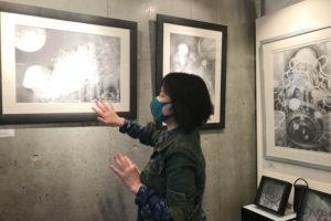 フジムラコンテンポラリーアートで作品を解説する、つだなおこ先生